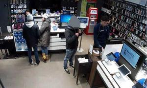 Den 11 mars 2019 misstänks 22-åringen ha lurat till sig varor i en telefonbutik i gallerian Nian.
