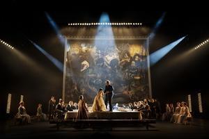 Föredring på löpande band är vad hovet ägnar sig åt i en mycket svart uppsättning av Rigoletto.