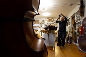 Michael Wallmos violinateljé i Gävle rymmer många stråkinstrument som ska lagas