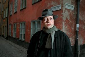 Horace Engdahl, en modern romantiker, har blivit sinnebilden för kulturmannen. Här står han på Trädgårdsgatan i Stockholm 1997.Foto: Anders Wiklund/SCANPIX   Code: 50030