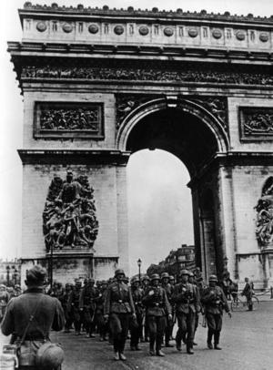 Tyska trupper marscherar genom Triumfbågen i Paris den 14 juni 1940.Foto: Bundesarchiv