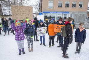 Linnéa Kalitta och Nike Wassberg från Östersund hade kommit för att demonstrera framför Rådhuset i Östersund.