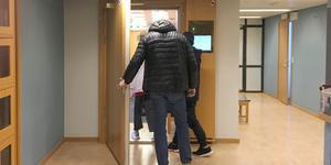 Här förs kvinnan in till häktningsförhandlingen den 16 november, tre dagar efter händelsen. Foto: Torbjörn Granström