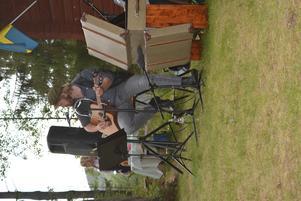 Andreas Nilsson på gitarr och sång.