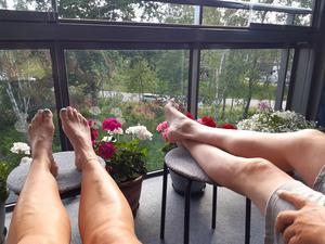 Hemma på balkongen med kaffe och glass Maria och Kalle Pettersson Nordanby äng. Foto: Maria Pettersson