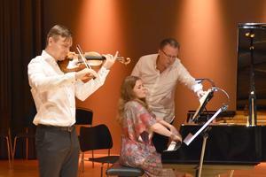 Philip Zuckerman och Terés Löf med Mats Widlund som notvändare. Bild Camilla Dal