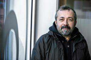 Konstnären Fikret Atay, är uppväxt i Turkiet på gränsen mot Irak. Sedan i somras är han Örebro kommuns första fristadsstipendiat.