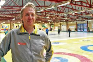 Rickard Hallström är tävlingsledare för JSM i curling som just nu pågår i Östersund.