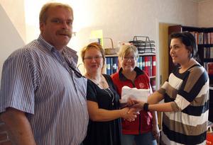 Kvinnojouren Viljans ordförande Sofia Wennberg mottar här penninggåvor på nästan sex tusen kronor som oavkortat går till att utrusta kvinnojourens lägenhet med leksaker för barn. Uppvaktar gör Roland Bäckman, Malin Ängerå och Christina Embretsen.
