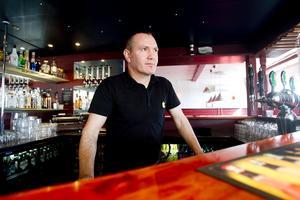 Restaurangägaren. Kadir Akinci äger sedan nio veckor tillbaka Corner Pizza i Hofors. Under lördagen var restaurangen välbesökt och då ska de två mordmisstänkte 20-åringarna mött 54-åringen här. För Kadir Akinci har den händelsen lett till att hans restaurang plötsligt hamnat i centrum för vad som då skedde.