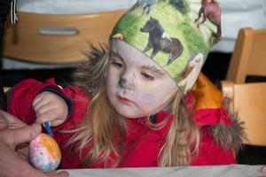 Den  för dagen utklädda till påskkärring Signe Rosén var fullt koncentrerad på sitt skapande,
