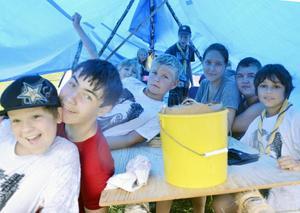 Undan från regnet. Scouterna från Turinge myste under tältduken när värsta skyfallet föll.
