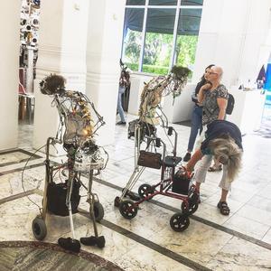 De tre robotarna startas när en människa är nära.