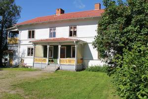 Här i den stora mangårdsbyggnaden från 1880 bodde på sin tid fyra generationer. Åke och Britta Pålsgård bodde under många år på övervåningen. Åkes föräldrar Per och Anna bodde på nedervåningen. Även Åkes brorsdotter Christina bodde där under sin uppväxt.
