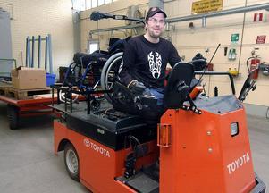 Sedan december 2008 jobbar Per-Olof Nilsson halvtid på Svenska Fönster Produktion i Edsbyn. Där kör han en handikappanpassad dragtruck.