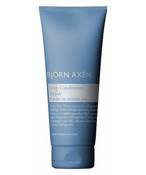 Svalkande sommarhårvård!Milda men effektiva är produkterna i serien Repair från Björn Axén. De känns som svalkande balsam för hårbotten och inpackningen gör verkligen susen för att pigga upp mitt hår som blivit riktigt torrt och sprött under vintern.Efter några veckors användande av det här schampot, balsamet och inpackningen känns håret mycket piggare. Det doftar dessutom väldigt gott, lite milt men pepprigt precis som jag upplever produkterna. Och inte feminint, utmärkta unisexprodukter.Repair, Björn Axén. Cirkapris: Inpackning 180 kronor.