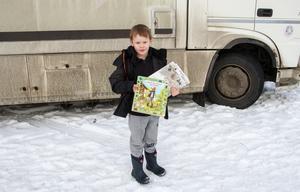 Leo Samuelsson passade på att låna böcker om gubben Pettson och Mamma Mu.