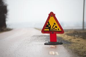 """""""Vägen var det inga större fel på innan, men nu rena tvättbrädan och full av lösgrus som är farligt för tvåhjuliga fordon och gående"""". Foto: Fredrik Sandberg/TT"""