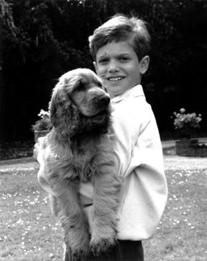 Prins Carl Philip håller om sin hund Cocky på Sollidens slott på Öland i juni 1986. Foto: Jan Collsiöö/TT