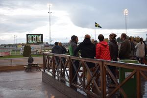 Publiken tog sig ut och såg loppen trots regn i luften.