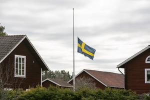 Att skolan i Djura ska läggas ner väcker starka känslor. Under tisdagen vajade byns flaggor på halv stång.