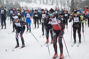 Nicklas Bergkvist från Dala XC Ski Team (nummer 299) drar iväg i starten av Orsa Grönklitt Ski Marathon 2018.