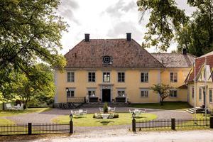 Foto: Wrede Fastighetsmäkleri. Aspe herrgård från 1740 är till salu för den som vill leva herrgårdsliv och har en stor kassa.