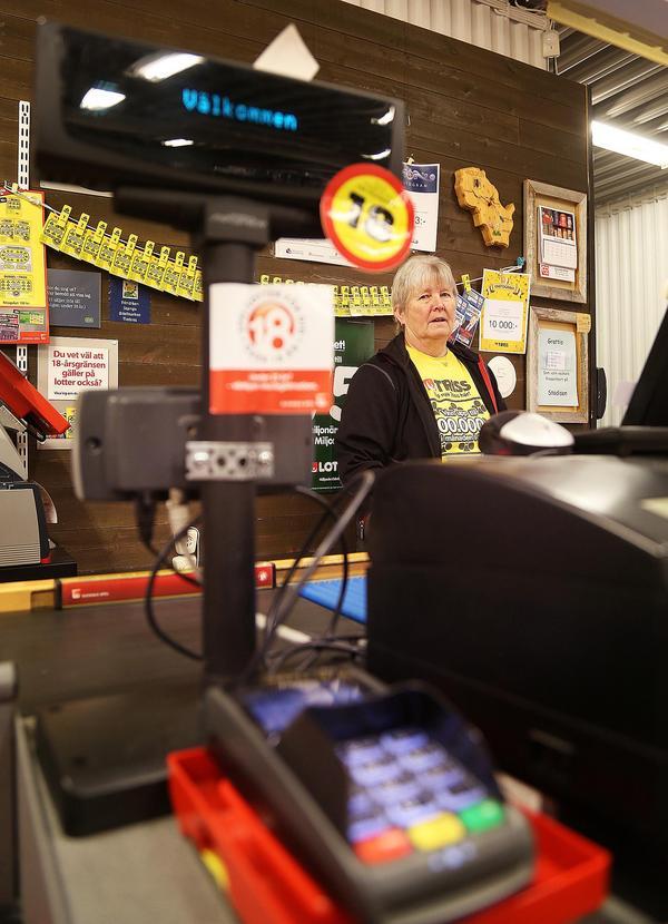Allt här i butiken är beroende av bra uppkoppling, beställning, betalning, tips och spel. Det är riktigt dåligt att fibersatsningen kommit av sig, säger Märta Ljungkvist.