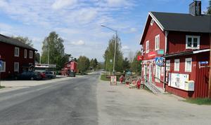 Butiken med sin bränslepump är ett naturligt blickfång för den som passerar genom Överturingen på väg 315.