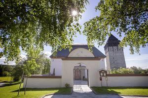 Kastalskolans elever i årskurs 4-8 fyller Brunflo kyrka till brädden på årets skolavslutning.