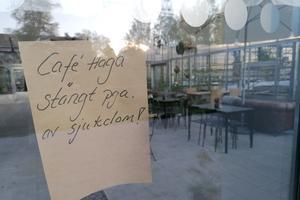 Besökare möts av lappen som informerar att kaféet är stängt på grund av sjukdom.