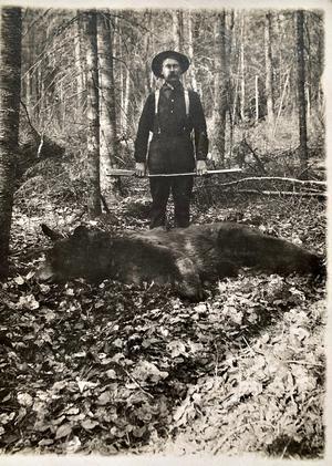 Ett gammalt svart vitt porträtt av Erik Sundin som emigrerade till Minnesota fanns i Britt Östmans fotoalbum. Foto: privat