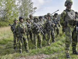 Våra satsningar kommer bland annat att medföra att krigsdugligheten i de två armébrigaderna kan höjas, att mer materiel kan anskaffas och höjd ambition för det civila försvaret samt att mer övning och utbildning kan genomföras, skriver debattförfattarna. Arkivbild: Jonas Ekströmer/TT