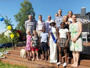16:24 Hela familjen och släkten är samlad för att fira Barebe.