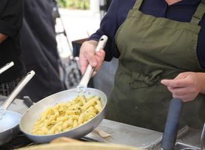 Kvinnan som håller i stekpannan heter Rosi och kommer från Sicilien. Pastan är färsk och görs på plats.