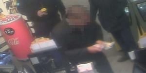 Mannen var omaskerad och ensam då han rånade Pressbyrån. Hans byte blev 3540 kronor. (LT har maskat mannen på bilden) Foto: Polisens förundersökning