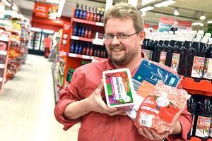 Jan Danielsen, butikschef, uppskattar att få hjälpa till under julen och bidra till lokalsamhället.
