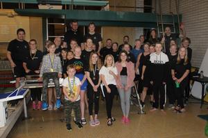 Simmare, tränare och funktionärer i Bollnäs Simsällskap är nöjda med ännu en väl utförd tävling  Foto Anders Schön