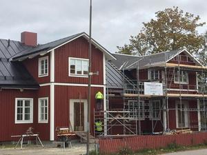 """Tidernas hus"""" i Ockelbo. Byggt av lokala entreprenörer, plåtslageri och byggfirmor – alla från Ockelbo. Foto: Privat."""