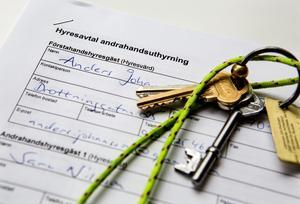 """""""Handel med kontrakt och olovlig andrahandsuthyrning används i dag som ett sätt att tjäna pengar"""", skriver debattörerna. Foto: Christine Olsson/TT"""