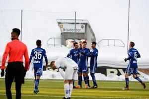 Batanero gratuleras efter sitt 1-0 mål.