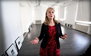 Eva Lie har följt Janna Tingvalls könskorrigering under fem års tid; bilder från resan visas nu på Härnösands konsthall.