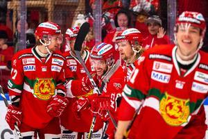 I hockeyns finrum fast i sliten hall. Spelar i Mora IK firar ett mål mot Frölunda i januari. Daniel Eriksson/bildbyrån