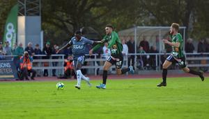 Christian Kouakou försöker komma loss från Varbergs försvar.
