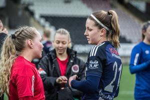 Flera kära återseenden blev det för Emma Lindén bland spelarna i Kif Örebro. Här snackar hon med gamla lagkamraten Ellen Karlsson efter matchen.
