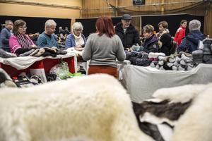 Den största publikdragaren när tidningen besöker mässan är montern med skinn och ull.