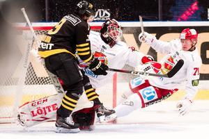 Arvid Ljung i Almtunas mål måste spika igen mot formstarke Garry Nunn, som gjort fem mål på de sju senaste matcherna.