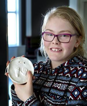 Avtrycket av Liv Jerkersdotters fot och hand finns väl bevarat. Nu fyller flickan som slog läkarna med häpnad 13 år.