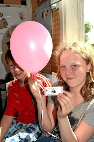 Ballong från England. I torsdags landade en ballong som flugit ända från England hemma hos familjen Birgersson i Bårfåna utanför Fellingsbro. Det är Clara Birgersson som håller i ballongen och bakom sitter Ludvig Wadell.Bild: Privat