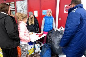 Alexandra Bergström och Johanna Rinzén hade fullt sjå med att ta emot alla kläder som folk skänkte.